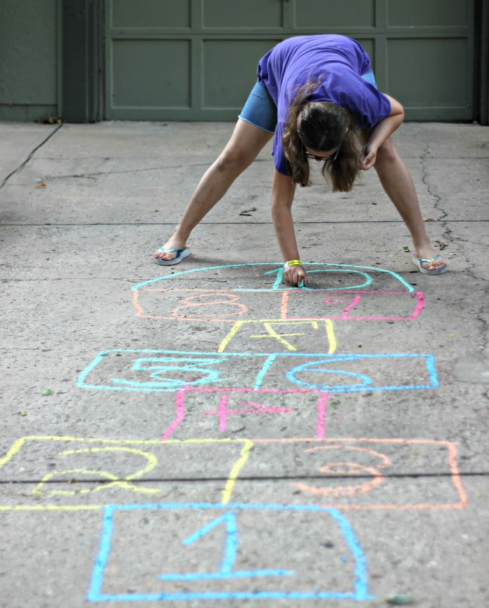 Ways to get your kids to play outside - fun ideas to encourage them!