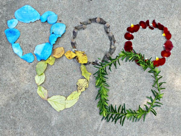 Outdoor Art for Kids -- making the Olympic rings with items from nature!