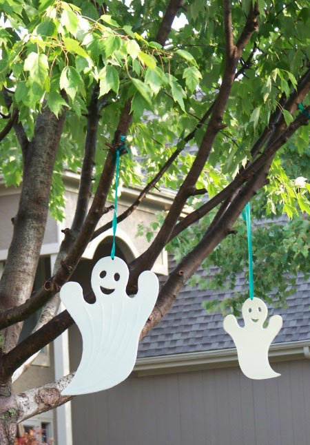 Halloween scavenger hunt for kids with free printable list!